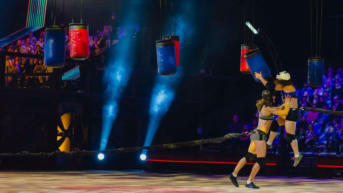 Linda utmanar en av gladiatorerna Foto: TV4